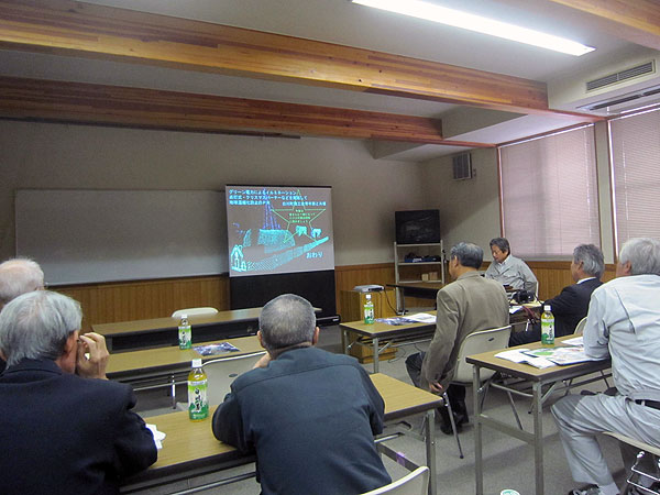 「東濃ひのき流通(協)」で事前説明を聞く参加者。興味ある話もあった。
