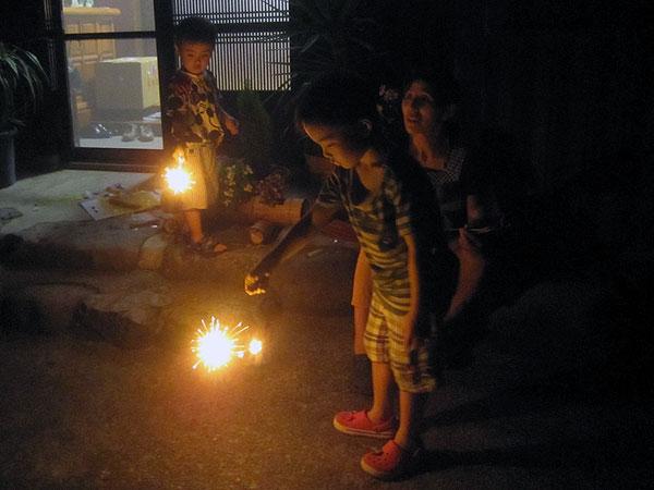 我が家の玄関先で花火に興ずる孫達。