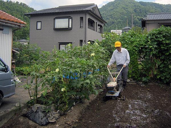 秋の家庭菜園作業開始。先ずは、大根を植える場所を耕した。