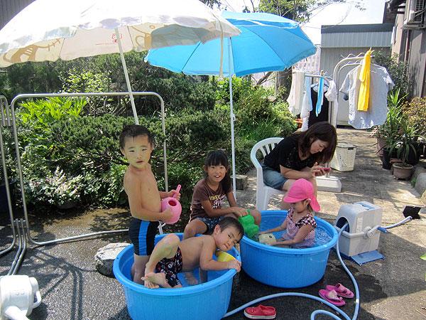 玄関先で孫達が元気に水遊び。元気が一番だ。