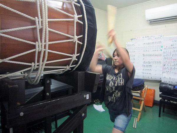 事務所のスタジオで大太鼓の特訓をする長女(福井在住)。