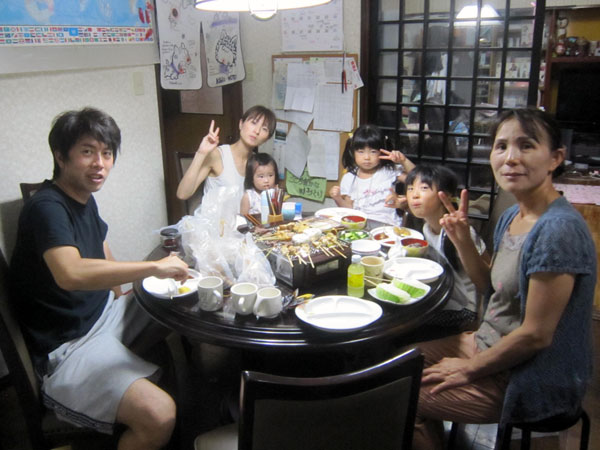 家族そろって夏休み最後の食事。明日からはまた二人きりになるのだ。