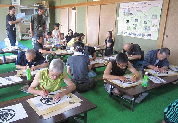 夢中になって家紋の版を作る参加者の皆さん。