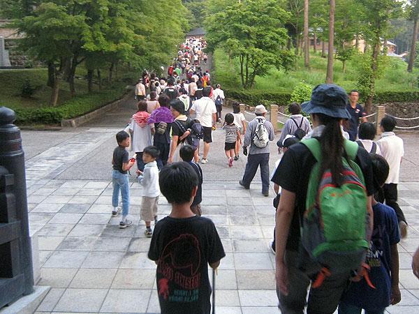 開会式を終え、大仏殿を出発するたいまつ登山の参加者。