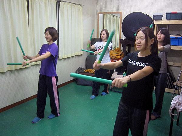 「カイマナヒラ」の練習をする太鼓のメンバー。仮称「ハルコマハワイアンズ」である。