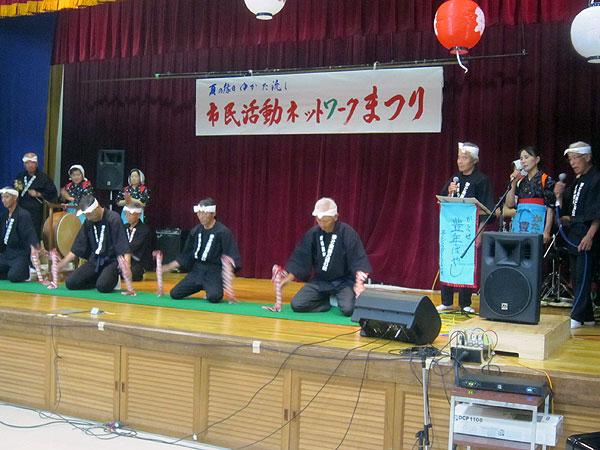 納涼祭のステージで銭太鼓を演ずる片瀬銭太鼓保存会のメンバー。