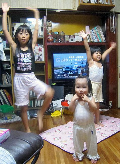 嵐のようにやって来て嵐のように帰る孫達。湯上がりに3人揃って一踊り。