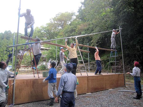 祭りの準備をする各種団体のメンバー。