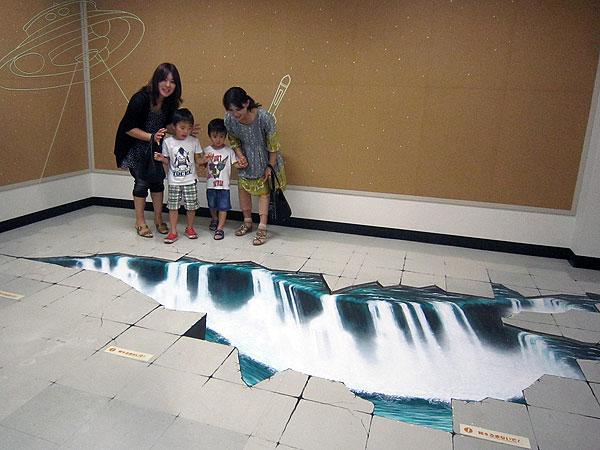 見る方向によって、床に滝があるように見えるだまし絵。福井の孫達も、楽しんでいたようだった。