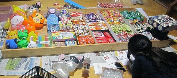 明日一日だけの駄菓子屋開店の準備をする次女。