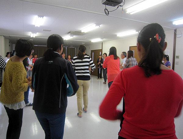講義の後は例によって楽しいダンス。みんな笑顔が絶えなかった。
