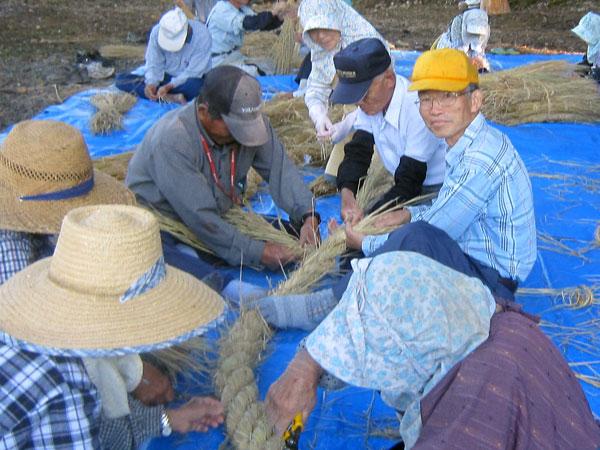 老人会のしめ縄づくり。横綱のように三本で編むのだ。(黄色帽が私)