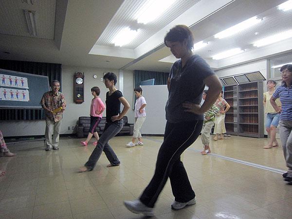 みんなでフラの基本動作の練習。参加した皆さんは楽しそうだった。