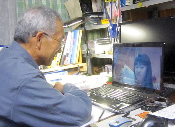 パソコンの前で横浜の孫と算数の勉強。一緒に勉強しているような感じだ。