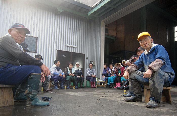 午前10時頃、全員、農舎前で休憩。ジュースを飲み、菓子をかじりながらの休憩。こんな作業がなかったら、村の人たちと話をすることも少なかっただろう。