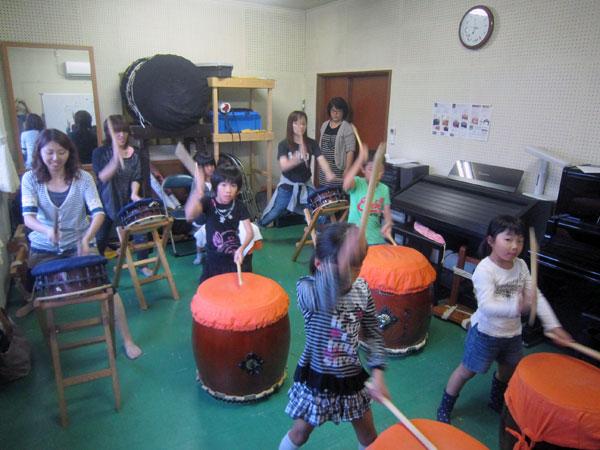 親子太鼓の練習。