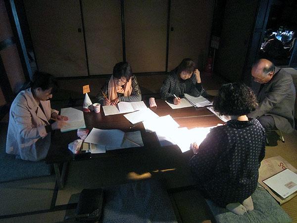 グループに分かれて、各グループ一つずつ「ももたろう」の後日談を創作した。みんなの意見をまとめて一つの話にするのは、時間はかかるが楽しい作業だった。