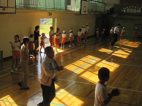 体育館で、児童と教職員が盆踊りを楽しんだ。町民運動会では踊りを盛り上げてくれるだろう。