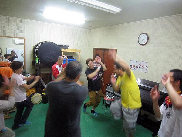 私の事務所で楽しく『勝山小唄』を踊る芳野区の皆さん。明日は他のメンバーに伝達するらしい。