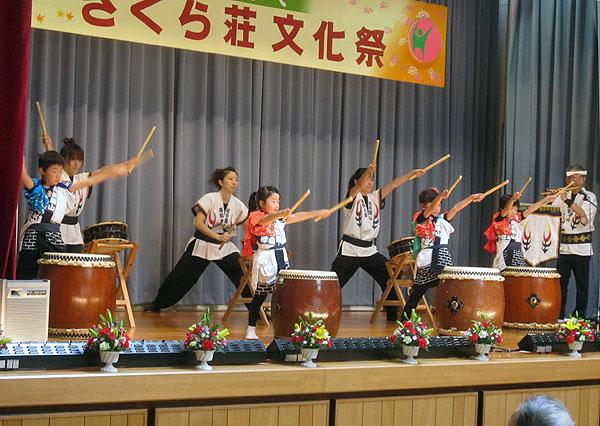 さくら荘で和太鼓を演奏する親子太鼓のメンバー。