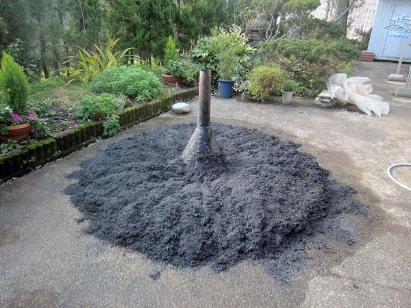 炭化を終えてもみ殻燻炭に水をかけたところ。何度も水をかけないと、炭化が継続し、火がつくことがあるので要注意。