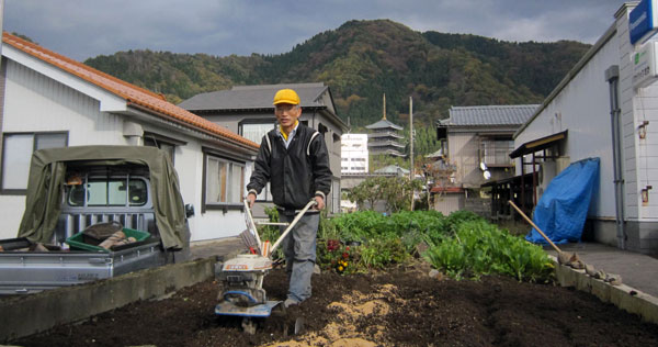 エンドウを植える場所を耕す。少し遅いが、「来年もたくさんのエンドウが実りますように」と願いを込めて。