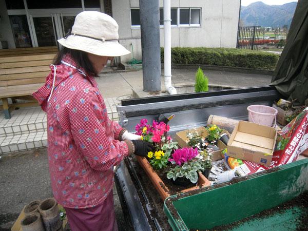 軽トラの上で花の植え替え作業