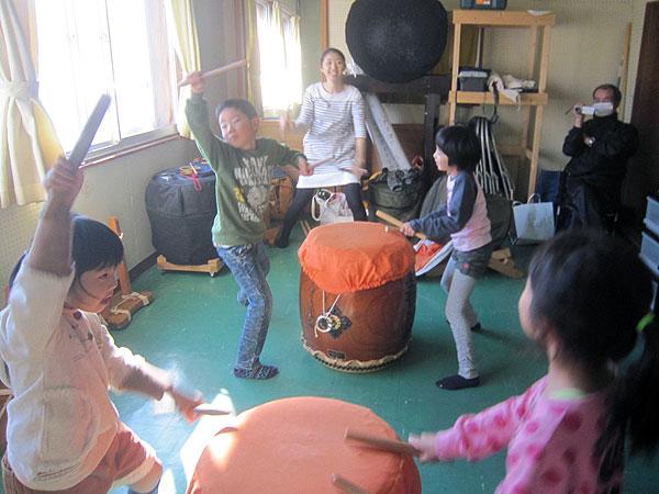 親子で左義長太鼓の練習。
