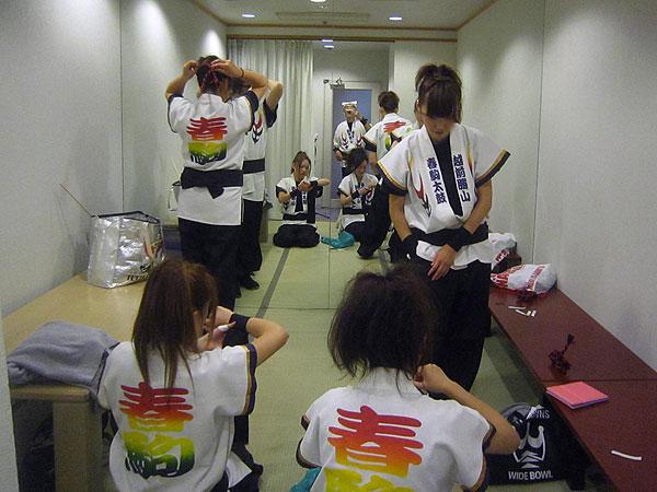 知人のSさんの父親の米寿記念祝賀会に出演するために、控え室で準備。