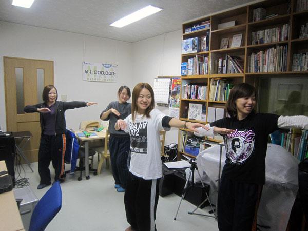 私の事務所でフラダンスの練習をする和太鼓のメンバー達。