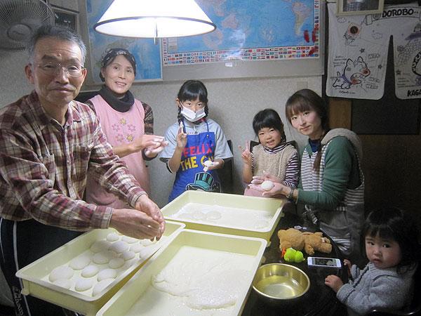 孫たちと一緒に餅を丸めた。