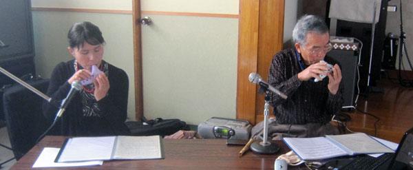 紙芝居の後、二人でオカリナを合奏。