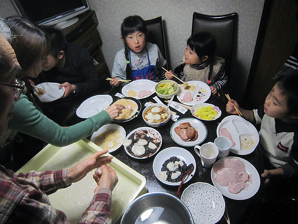 お鏡さんや丸餅を作った後は、きな粉餅、おろし餅、あずき餅で餅を満喫。