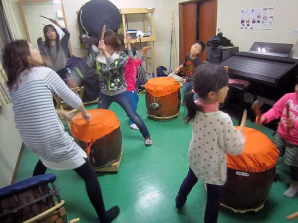 曲太鼓練習の後は、左義長太鼓の練習。みんな楽しそうだった。子どももママさん達も。