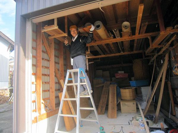 車庫の空間に戸棚を作った。