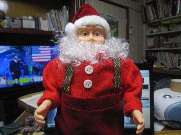 """昨日の掃除で物置から出てきたサンタの人形。電池を入れたら腰を振って""""ジングルベル""""を歌い出した。"""
