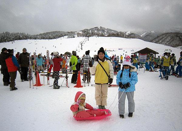 スキージャムのゲレンデを背景に「ハイ、チーズ」。