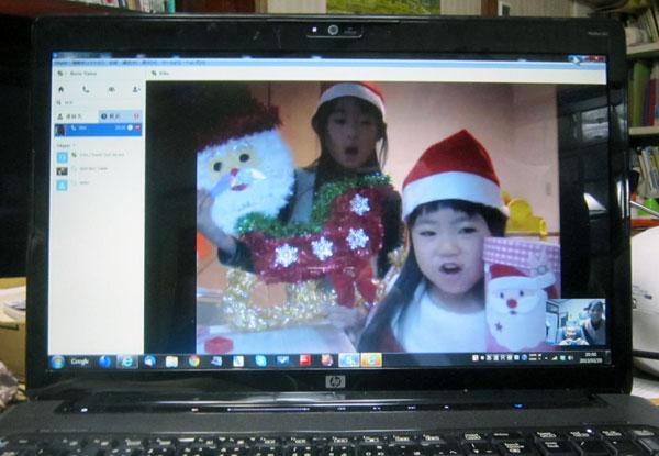 勉強の後、サンタの衣装でクリスマスソングを歌ってくれた孫達。