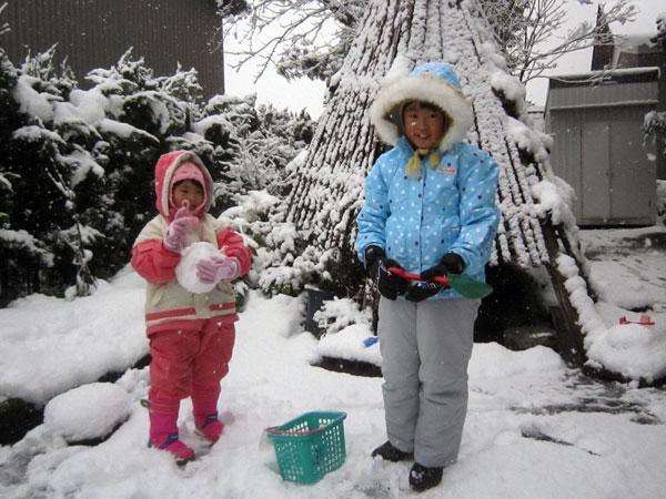 朝5時に起きて横浜を出たというのに、子どもたちは早速雪遊び。子どもの元気さに驚く。