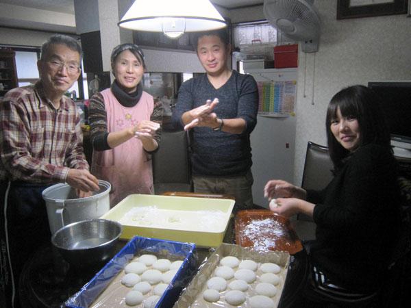 途中で加わった福井の家族(長女)とも餅作り。