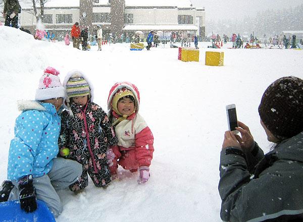 雪の上で孫達の記念写真。
