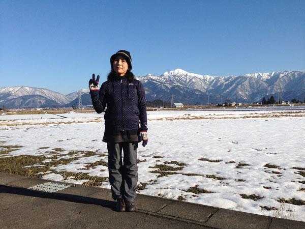 日本百名山の一つである荒島岳を背景にはいポーズ。