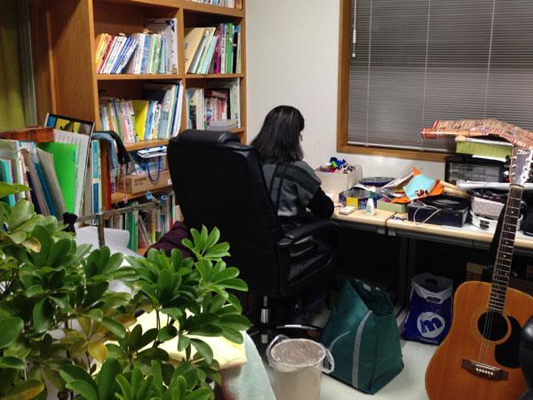 これから使いやすい事務所にしようと決めた。自分の趣味の手芸に没頭する家内。