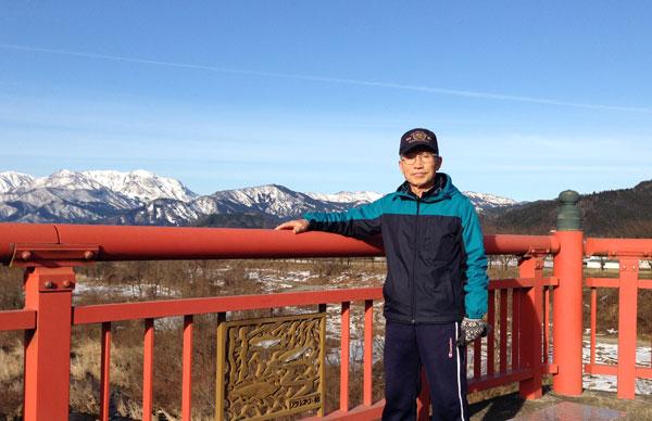 南大橋の上で雪の山々をバックにパチリ。