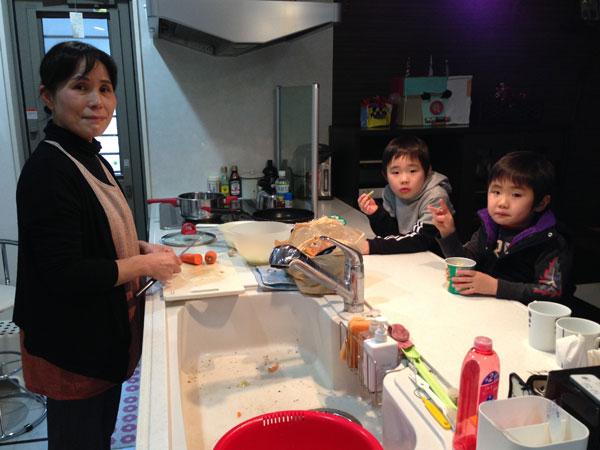 孫達の夕食の準備をする家内(長女宅)。