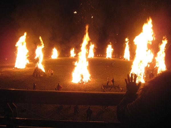 一斉に点火されたどんど焼き。勝山に春が来た瞬間だ。