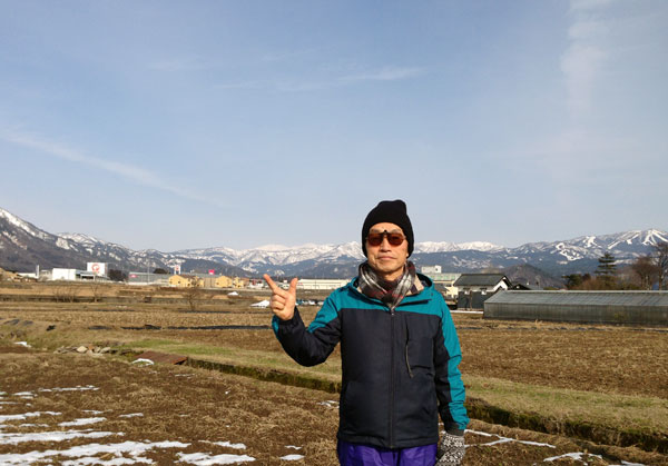 ウオーキングの途中「白山(指の間)」が見えた。右後方はスキージャム(報恩寺山)。勝山は、田んぼにも雪がなくなり、3月下旬の様相だ。今年は、近年にない超「暖冬」だった。
