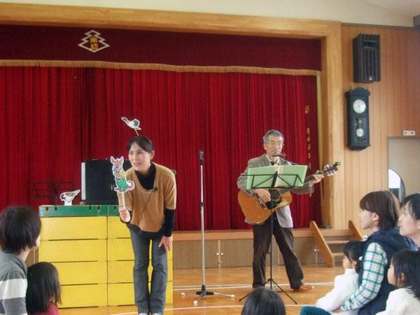 絵を使って園児達と楽しく歌を歌った。