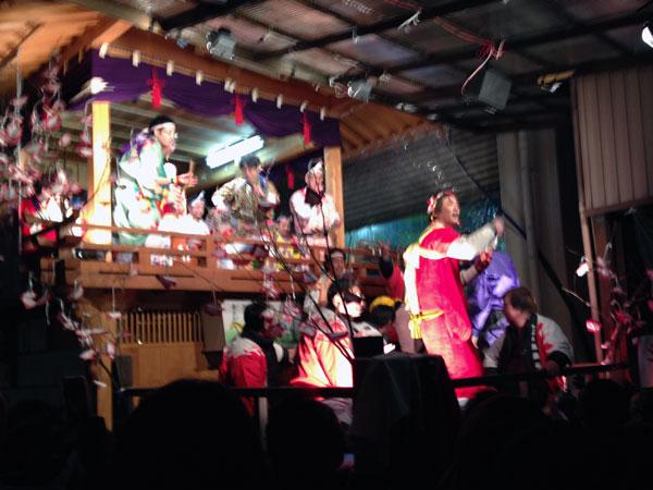 芳野町の左義長コンテスト「大人の団体戦」の一コマ