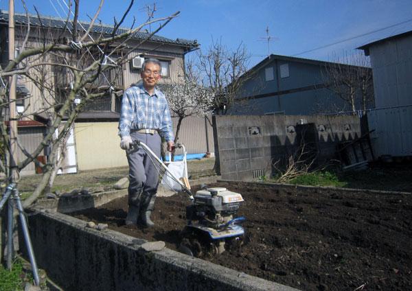 寸暇を惜しんで、ジャガイモを植える場所を耕した。